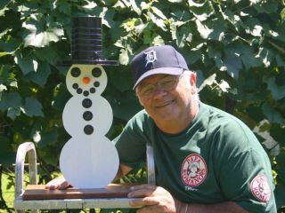 Richard Guccini of Royal Oak Michigan built a miniature version of the Snowman. (click picture)